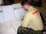 Začátek čištění kožené sedací soupravy.